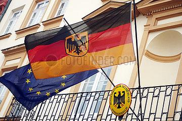 Krakau  Polen  Deutsche Nationalfahne und die Europafahne an einem Balkon des Generalkonsulats der Bundesrepublik Deutschland