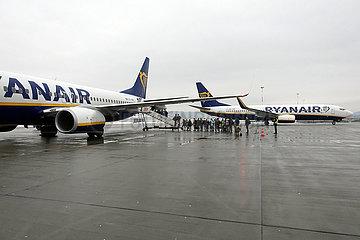 Krakau  Polen  Menschen steigen in ein Flugzeug der Ryanair auf dem Vorfeld des Flughafen Johannes Paul II. Krakau-Balice ein
