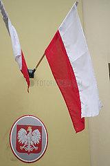 Krakau  Polen  Nationalfahne und das Wappen von Polen an einer Hausfassade