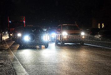 Berlin  Deutschland  Autoverkehr bei Schneefall in der Nacht