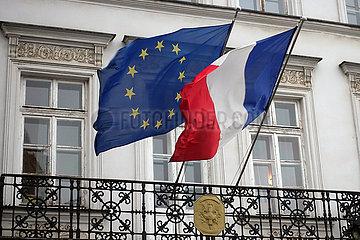 Krakau  Polen  Nationalfahne von Frankreich und die Europafahne an einem Balkon