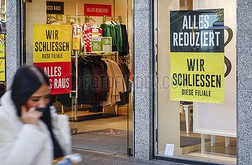 Abverkauf beim Einzelhandel in der Coronakrise  Duisburg  Nordrhein-Westfalen  Deutschland