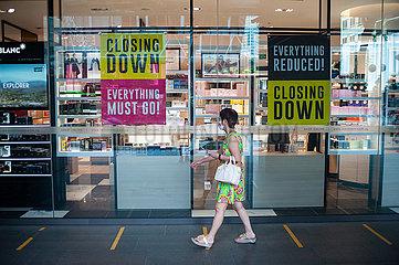 Singapur  Republik Singapur  Schaufenster des Robinsons The Heeren Kaufhaus auf der Orchard Road