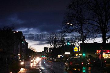 Berlin  Deutschland  Autos bei Daemmerung auf der Lankwitzer Strasse
