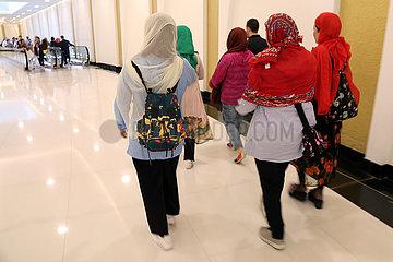Abu Dhabi  Vereinigte Arabische Emirate  Frauen betreten durch einen unterirdischen Zugang die Scheich Zayid Moschee