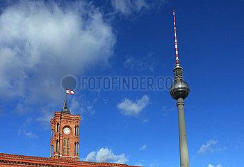Berlin  Deutschland  der Berliner Fernsehturm und das Rote Rathaus