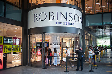 Singapur  Republik Singapur  Kunden vor dem Robinsons The Heeren Kaufhaus auf der Orchard Road