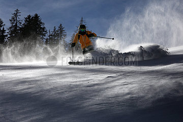 Schruns  Oesterreich  Teenager faehrt Ski im Tiefschnee abseits der Piste