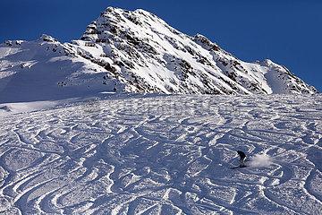 Schruns  Oesterreich  Skifahrer auf einem Berghang abseits der Piste im Tiefschnee