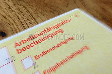 Berlin  Deutschland  Symbolfoto  Arbeitsunfaehigkeitsbescheinigung