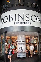 Singapur  Republik Singapur  Eingang zum Robinsons The Heeren Kaufhaus auf der Orchard Road