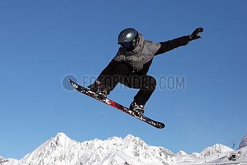 Schruns  Oesterreich  Teenager faehrt Snowboard