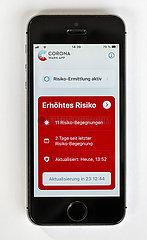 Handy mit geoeffneter Corona Warn-App zeigt erhoehtes Risiko mit 11 Risiko-Begegnungen  Deutschland