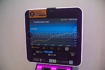 Singapur  Republik Singapur  Kursentwicklung am Bildschirm eines Bitcoin-Automaten fuer Kryptowaehrung