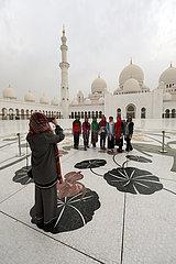 Abu Dhabi  Vereinigte Arabische Emirate  Frauen besichtigen die Scheich Zayid Moschee