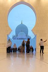 Abu Dhabi  Vereinigte Arabische Emirate  Menschen besichtigen die Scheich Zayid Moschee