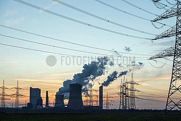 Kohlekraftwerk Neurath abends
