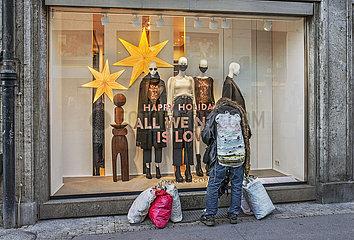 Obdachloser vor Luxusgeschaeft  arm und reich  November 2020