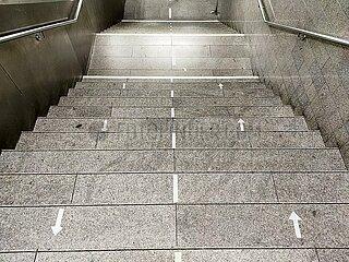 Abstands-Markierung auf einer Treppe