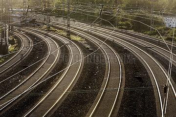 Bahngleise im Gegenlicht der Abendsonne  Essen  Ruhrgebiet  Nordrhein-Westfalen  Deutschland