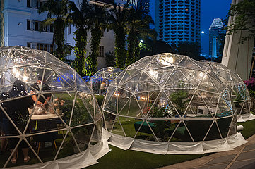 Singapur  Republik Singapur  Erlebnisgastronomie in kuppelfoermigen Zelten am Outdoor Plaza Capitol Singapore Einkaufszentrum