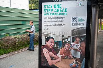 Singapur  Republik Singapur  Werbeflaeche wirbt fuer Impfkampagne und Gesundheitsvorsorge