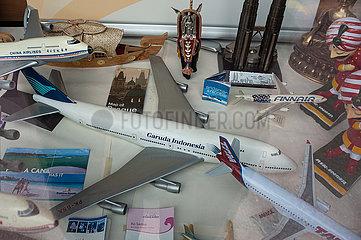 Helsinki  Finnland  Modellflugzeuge im Schaufenster eines Reisebueros in der finnischen Hauptstadt