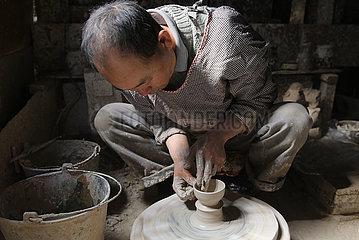 # CHINA-YUNNAN-Tengchong-POTTERY MAKING (CN)