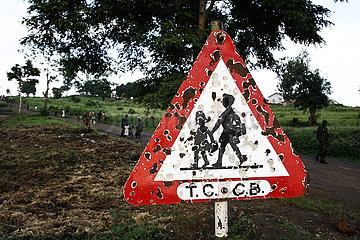 Zerschossenes Verkehrsschild mit Kindern