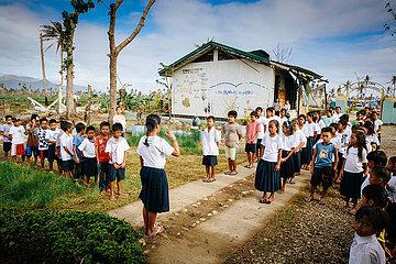 Reportage Schueler der Candahug Elementary School - Dokumentation nach Supertaifun Haiyan Yolanda