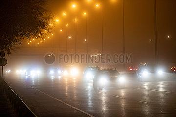 Smog über der Autobahn
