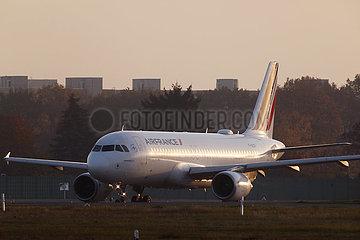 Berlin  Deutschland  letzter Start vom Flughafen Berlin-Tegel: Air France AF1235 in Richtung Paris wartet auf der Startbahn auf die Freigabe zum Abflug