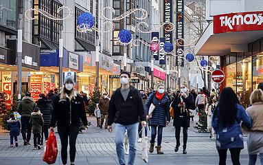 Maskenpflicht in der Bochumer Innenstadt in Zeiten der Coronakrise zur Vorweihnachtszeit  Bochum  Nordrhein-Westfalen  Deutschland