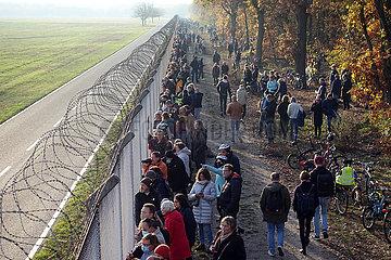 Berlin  Deutschland  Menschenmenge verfolgt den letzten Start vom Flughafen Berlin-Tegel an einem Begrenzungszaun des Flughafengelaendes