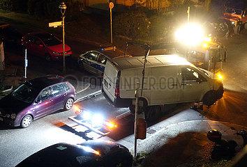 Berlin  Deutschland  widerrechtlich geparkter Lieferwagen wird bei Nacht umgesetzt