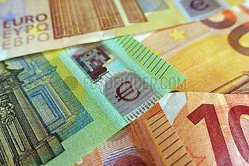 Berlin  Deutschland  Eurozeichen auf einer 100-Eurobanknote