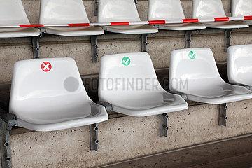 Hannover  Deutschland  Sitze auf einer Tribuene sind hinsichtlich des Sicherheitsabstandes wegen der Coronapandemie gekennzeichnet sowie teilweise gesperrt