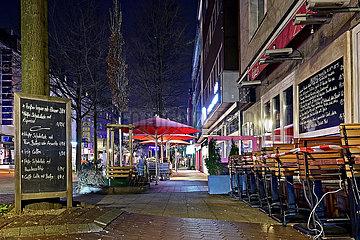 Deutschland  Nordhrein-Westfalen  Essen - Aussenterrasse eines geschlossenen Cafes waehrend der Coronapandemie