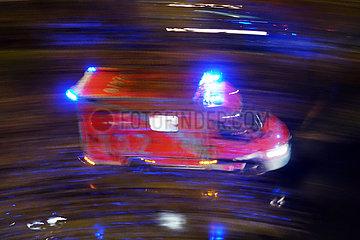Berlin  Deutschland  Dynamik: Notarztwagen bei Nacht auf Einsatzfahrt