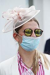 Hamburg  Deutschland  Fashion: Elegant gekleidete Frau mit Hut und Sonnenbrille traegt Mund-Nasen-Schutz