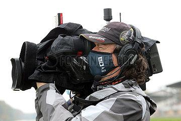 Hoppegarten  Deutschland  Kameramann mit Mund-Nasen-Schutz bei der Arbeit