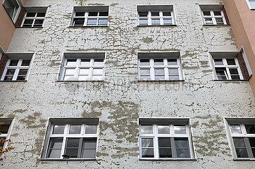 Berlin  Deutschland  Fassade eines Wohnhauses ist Sanierungsbeduerftig