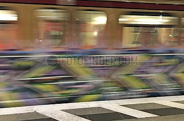 Berlin  Deutschland  Dynamik: Graffiti an einem S-Bahnwaggon