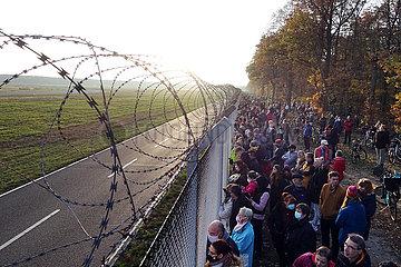 Berlin  Deutschland  Menschenmenge verfolgte den letzten Start vom Flughafen Berlin-Tegel der Air France AF1235 in Richtung Paris