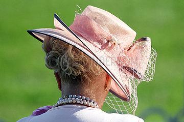 Hoppegarten  Deutschland  Frau traegt einen eleganten Hut