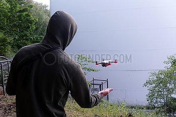 Berlin  Deutschland  Teenager laesst eine Kamera-Drohne fliegen