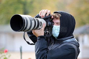 Hoppegarten  Deutschland  Fotograf in Ausbildung traegt einen Mund-Nasen-Schutz