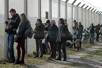 Berlin  Deutschland  Menschen verfolgen den letzten Start vom Flughafen Berlin-Tegel an einem Begrenzungszaun des Flughafengelaendes