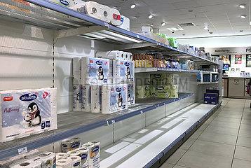 Berlin  Deutschland  Toilettenpapier ist in einer Drogerie so gut wie ausverkauft
