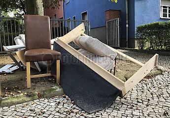 Berlin  Deutschland  Sperrmuell liegt auf einem Gehweg